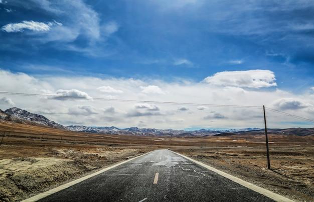 Estrada e paisagem árida