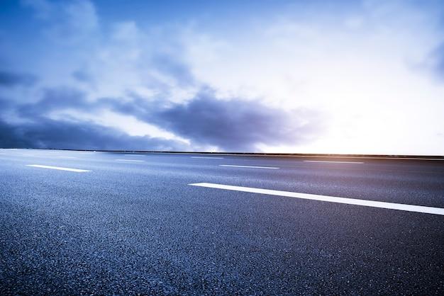 Estrada e paisagem do céu