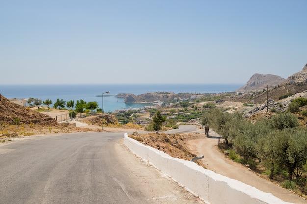 Estrada e paisagem natural. estrada de asfalto de montanha vazia
