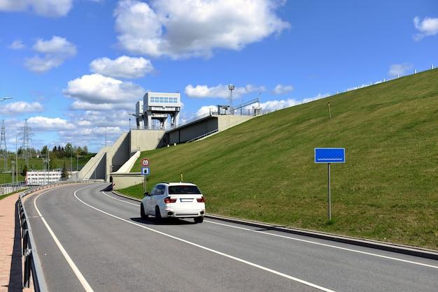 Estrada e túnel sob a usina hidrelétrica em aizkraukle, letônia