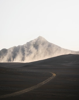 Estrada em curva com tiro de drone vulcânico enevoado