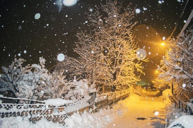Estrada, em, inverno, noturna