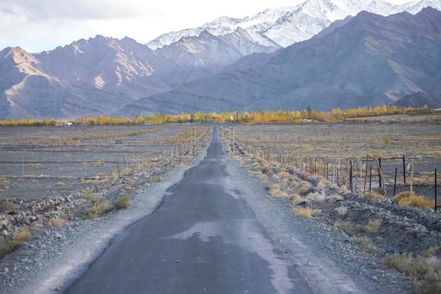 Estrada em leh ladakh bela paisagem, outono colorido com fundo de montanhas