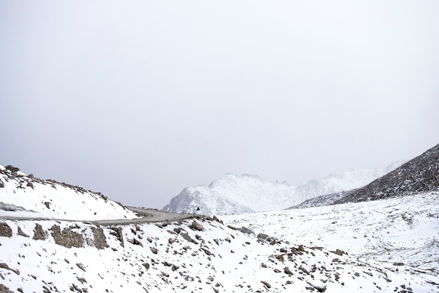 Estrada em leh ladakh bonita e vista paisagem com fundo de montanhas