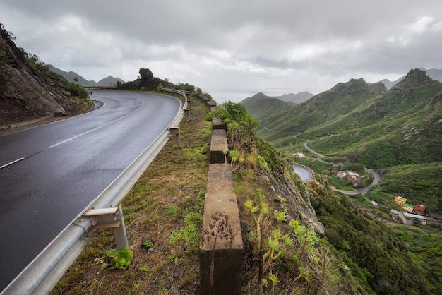 Estrada em montanhas de anaga na ilha de tenerife, ilhas canárias, espanha.