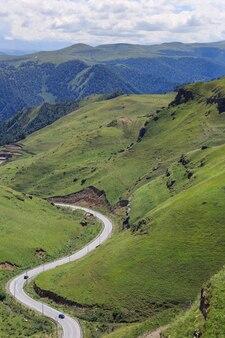 Estrada em um vale de montanha. fotografado no cáucaso, na rússia.