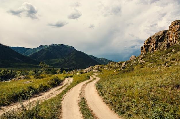 Estrada em uma área montanhosa.