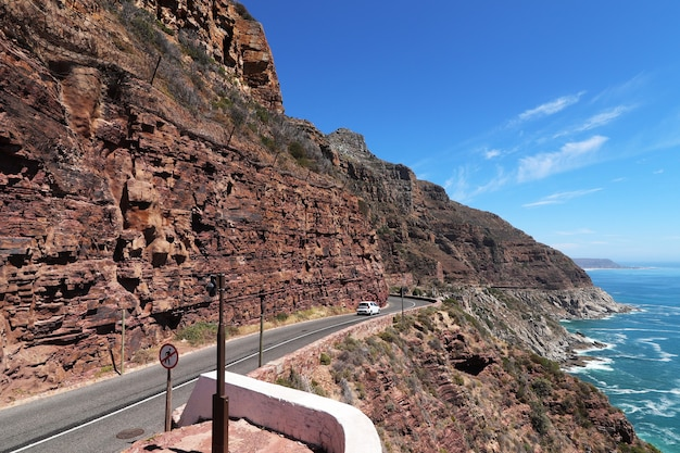 Estrada em uma formação rochosa no parque nacional table mountain, na áfrica