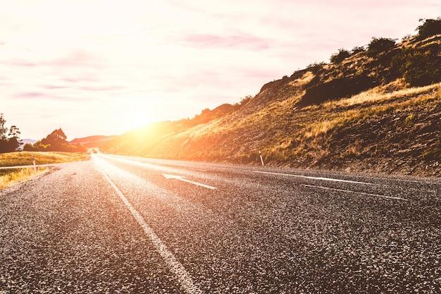 Estrada ensolarada