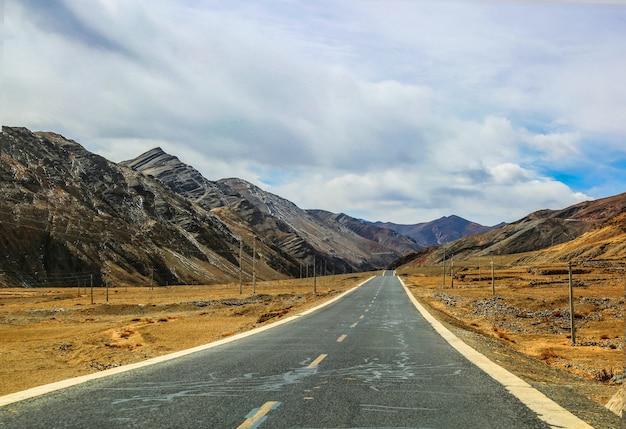Estrada entre as montanhas