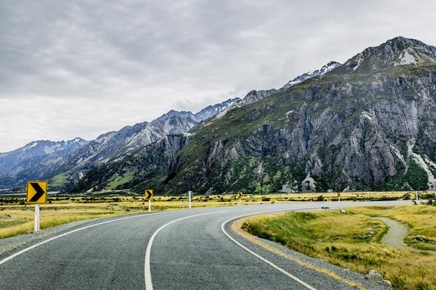 Estrada entre montanhas rochosas no parque nacional mount cook, nova zelândia