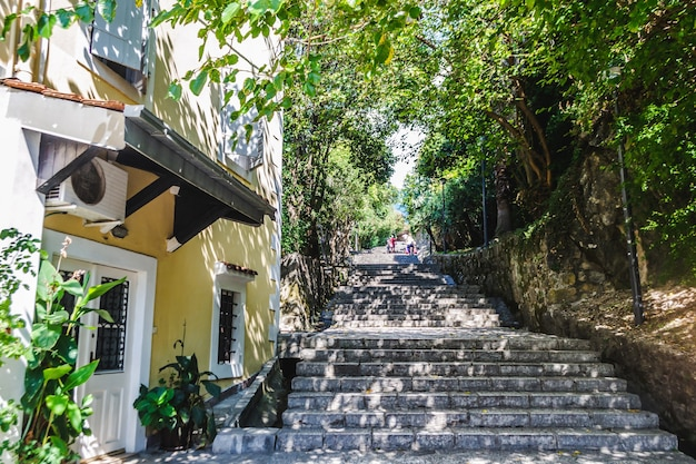 Estrada escalonada na histórica cidade velha de herceg novi, baía de kotor. rota turística para a fortaleza de defesa kanli kula. viagem em montenegro.