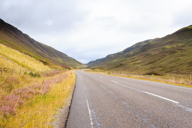 Estrada escocesa através do campo. estrada em perspectiva. panorama escocês