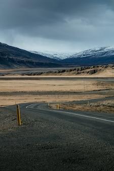 Estrada estreita em um campo