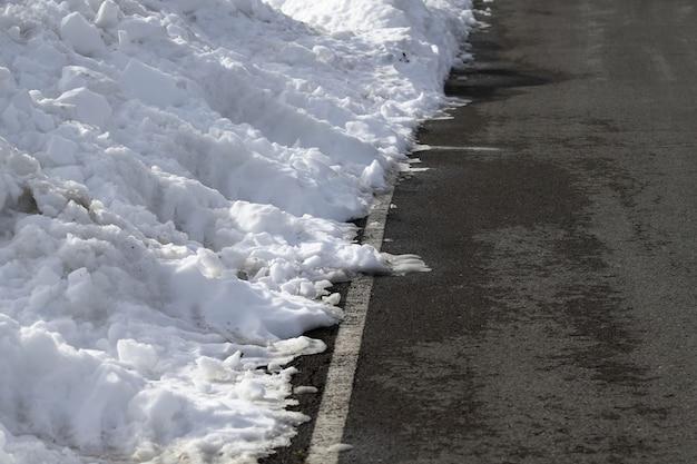 Estrada linhas brancas inverno neve perigo tráfego