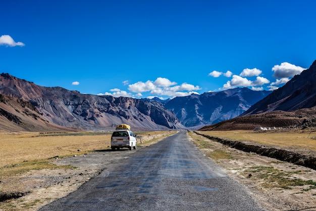 Estrada manalileh no himalaia com carro