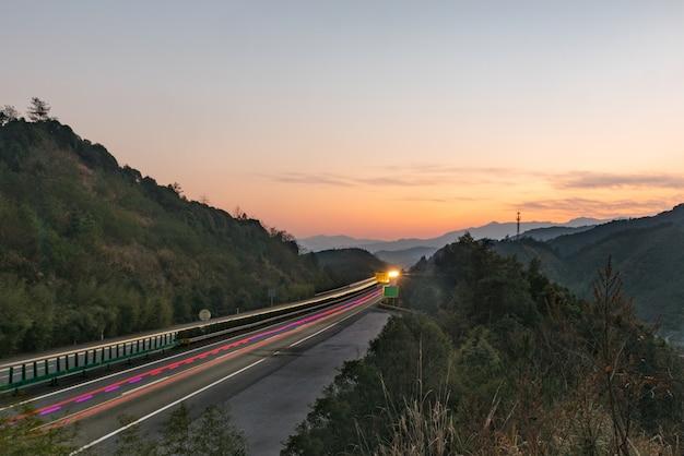 Estrada moderna através de montanhas