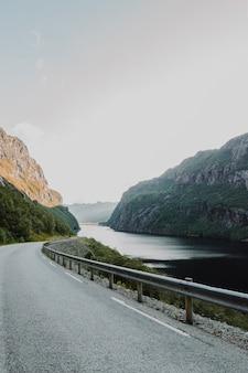 Estrada moderna rodeada por montanhas