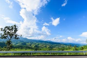 Estrada, montanha, céu azul