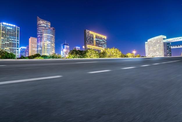 Estrada municipal através de edifícios modernos na china