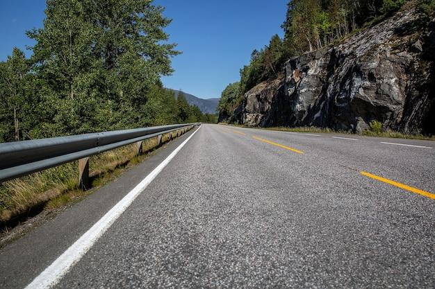 Estrada na noruega sobre montanhas, colinas e fiordes.