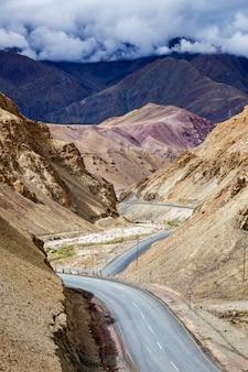 Estrada nacional nh-1 de srinagar leh no himalaia. ladakh, índia