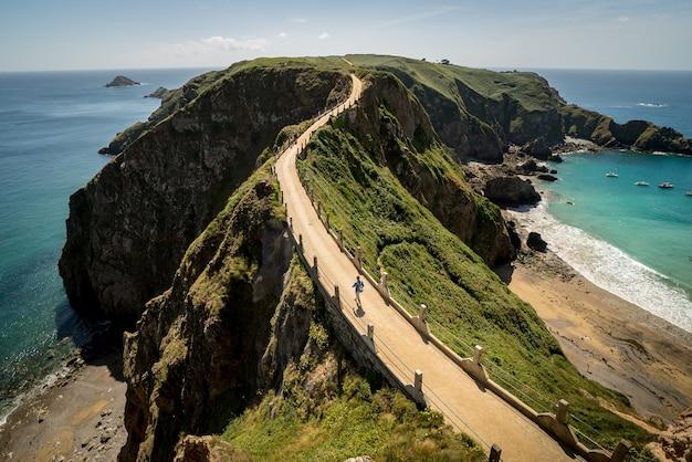 Estrada nas falésias sobre o oceano capturada na ilha herm, ilhas do canal