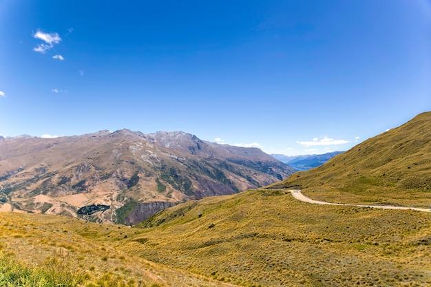 Estrada nas montanhas de otago, nova zelândia