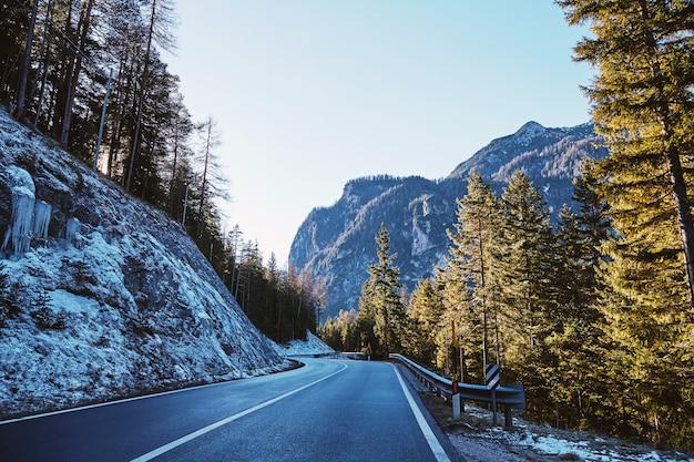 Estrada nas montanhas de toblach