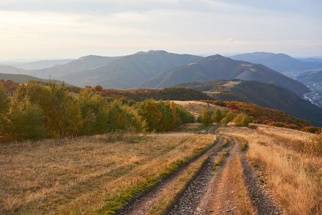 Estrada nas montanhas. maravilhosa paisagem montanhosa de outono.