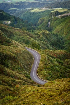 Estrada nas montanhas. vista de cima.