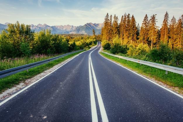 Estrada nas montanhas.