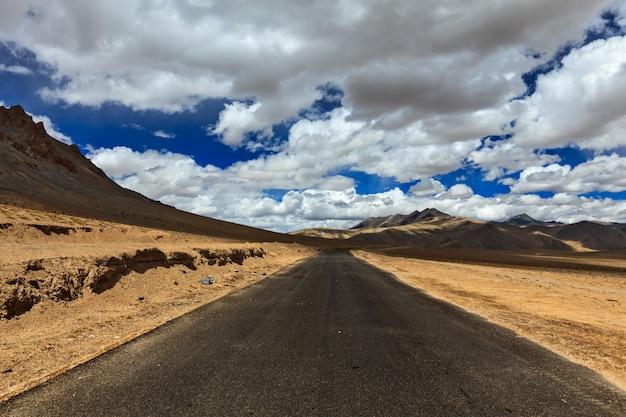 Estrada nas planícies do himalaia com montanhas
