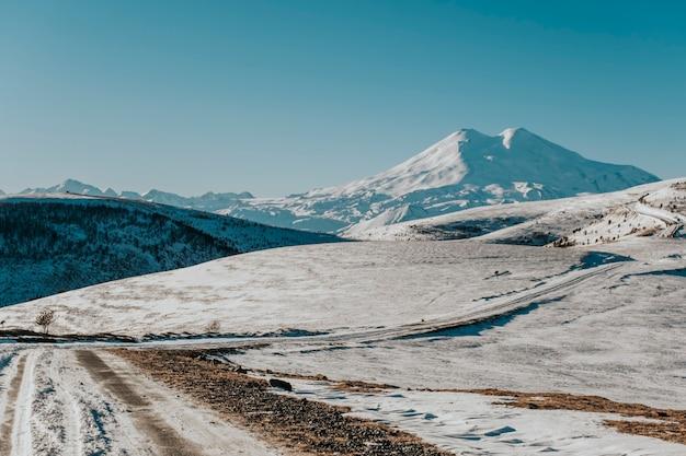 Estrada nevada para as montanhas.