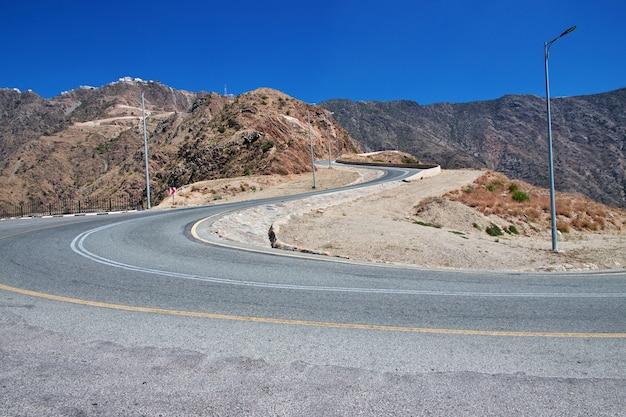 Estrada no cânion da arábia saudita