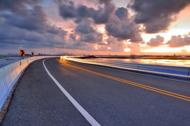 Estrada no crepúsculo