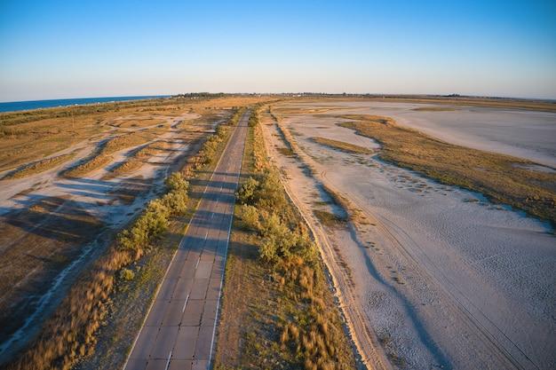 Estrada no deserto perto do mar