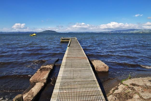 Estrada no lago de rotorua, nova zelândia