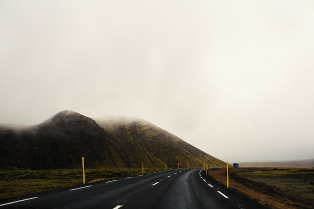 Estrada no meio do nevoeiro