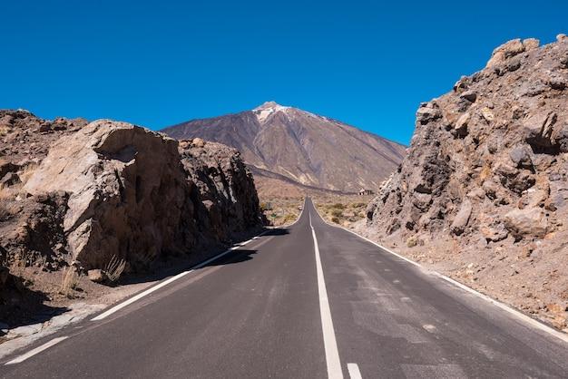 Estrada no parque nacional de teide, tenerife, ilhas canárias, espanha.