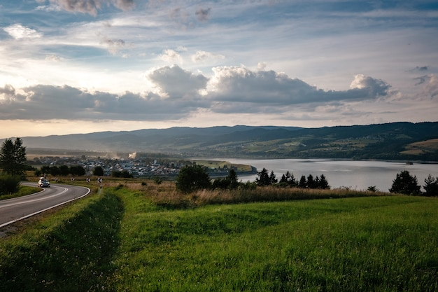 Estrada no vale da montanha em manhã ensolarada na polônia