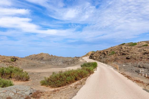 Estrada panorâmica na ilha de menorca, com lindo céu. ilhas baleares, espanha