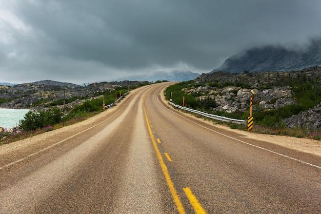 Estrada panorâmica nas montanhas. fundo de viagens.