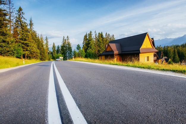 Estrada panorâmica nas montanhas. vista da montanha