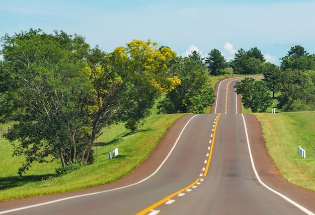 Estrada panorâmica nas montanhas.