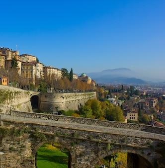 Estrada para a cidade velha de bergamo, itália