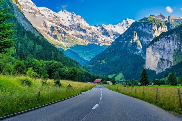 Estrada para as aldeias montanhosas dos alpes suíços