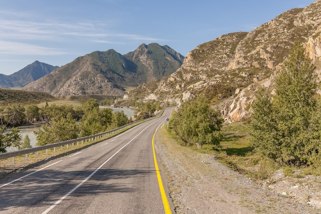 Estrada para as montanhas de altai, região de altai, sibéria, rússia.