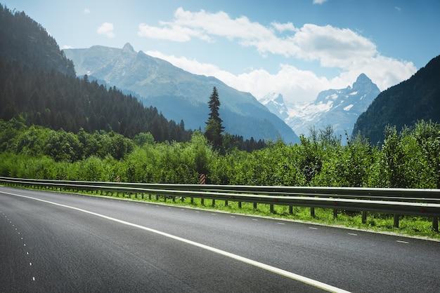 Estrada para as montanhas. paisagem de verão.