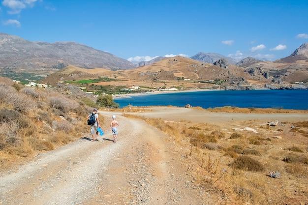 Estrada para o mar em creta, grécia.